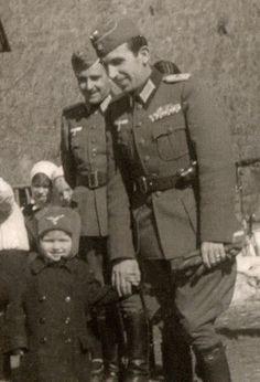 Tte. Coronel, por las medallas que tiene ; no se ve bien si la hombrera es de trenza o lisa. Por la edad, podría ser un Teniente mayorcete o...