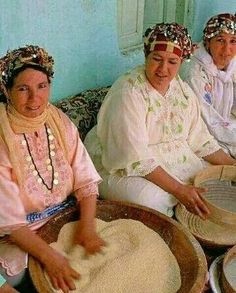 Voyage chez les Amazighes  Préparation de la semoule pour le couscous