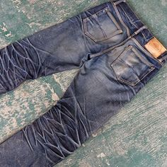 Beautiful honeycombs on this 17oz selvedge jeans 10 moths, 1 wash, 1soak #menswear #denim #indigo #Loom #men #fashion #clothing #Mode #style #inspiration