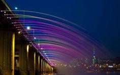 Construcciones - Puente Banpo, Corea del Sur   Este fantástico puente tiene un record por ser el puente fuente más largo del mundo y de la historia. La fuente crear diferentes colores y formas cada noche.