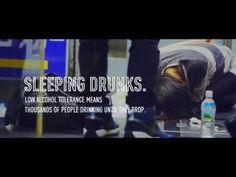 La campagna pubblicitaria contro gli ubriachi che si addormentano per strada, a Tokyo - Il Post