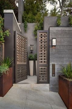 Take a Tour of a Glamorous, High-End San Francisco Estate Main Gate Design, House Gate Design, Fence Design, Door Design, Exterior Design, Interior And Exterior, San Francisco Houses, Porche, Maine House