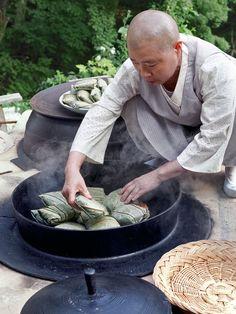 Jeong Kwan. La cocina monacal coreana se elabora sin carne ni pescado ni lácteos ni ajo o cebolla (dos ingredientes que creen que estimulan la libido). Kwan cocina el arroz en hojas de loto