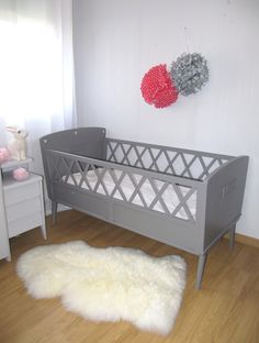 Lit bébé en bois années 50 croisillons . : Chambre d'enfant, de bébé par…