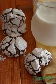 Fursecuri cu ciocolata Chocolate Crinkles, Glass Of Milk, Cake Recipes, Baking, Desserts, Blog, Pie, Cakes, Tailgate Desserts
