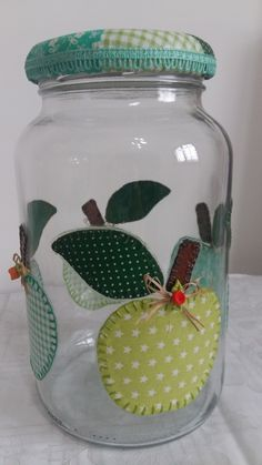 Pote de vidro com decoupage de tecido e, tampa forrada com tecido.  O modelo do vidro é de palmito com a tampa de boca larga que mede 10 cm (a tampa é de metal). Mason Jar Crafts, Mason Jar Diy, Bottle Crafts, Bottle Painting, Bottle Art, Diy And Crafts, Kids Crafts, Decoupage, Flower Making