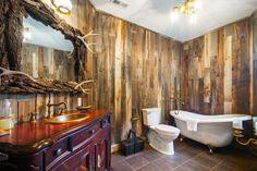 Seconde salle de bains aux murs en lambris de bois et mobilier brut design rustre