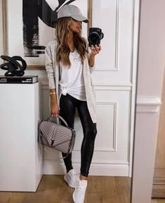 Leggings Brilhantes, Leather Leggings Outfit, Spanx Faux Leather Leggings, Casual Leggings Outfit, Shiny Leggings, Leggings Outfit Summer Casual, Shoes With Leggings, Cute Outfits With Leggings, Black Leather Pants