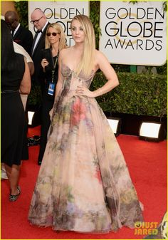 kaley cuoco golden globes 2014 red carpet 01 Kaley Cuoco hits the red carpet without her new husband Ryan Sweeting at the 2014 Golden Globe Awards held at the Beverly Hilton Hotel on Sunday (January 12) in…