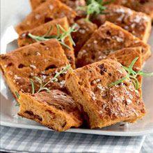 Konfirmaation kunniaksi pidetään lähipiirille juhlat. Pöytään katetaan niin mummin pikkuleivät kuin nuoren omat suosikit.Tomaattifocaccia on pellillä valmistettava italialainen leipä, josta riittää is...