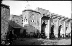 Marrakech Fontaine Sidi El Hassan Marocains devant la fontaine monumentale 1924
