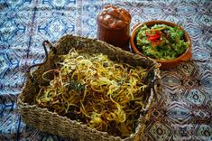 KNUSPERKABINETT: Crispy oven-baked curly fries with oriental date Guacamole and Rhabarbecue sauce Guacamole, Curly Fries, Yummy Healthy Snacks, Snacks Für Party, Middle Eastern Recipes, Oven Baked, Japchae, Nom Nom, Main Dishes