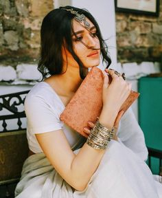 the traditional jewellery compliment the white saree so well. Portrait Photography Poses, Photography Poses Women, Cute Photography, Modelling Photography, Indian Dress Up, Indian Attire, Indian Outfits, Saree Poses, Saree Photoshoot