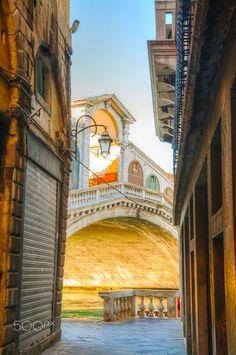 Ponte Di Rialto) in Venice, Italy