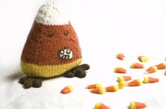 """Adorable tutorial for making this """"candy corn creature"""" on Craftzine All Free Knitting, Easy Scarf Knitting Patterns, Easy Knitting Projects, Finger Knitting, Yarn Projects, Knitting Tutorials, Fall Halloween, Halloween Designs, Halloween Season"""