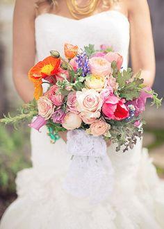 Bright poppy and rose bridal bouquet Spring Flower Bouquet, Spring Wedding Bouquets, Wedding Dresses, Flower Bouquets, Bridal Bouquets, Wedding Wishes, Wedding Day, Diy Girlande, Wedding Ceremony Decorations