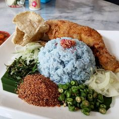 Thanks to @mysabah. Found this place at Gaya Street serving Nasi Kelabu. The chicken is bigggg rice taste and smell good with the condiments. Make my Tuesday blue.. South Court 思南阁(1st floor 124 Jalan Gaya opposite Yee Fung) RM18.90 per set come with a drink - non halal