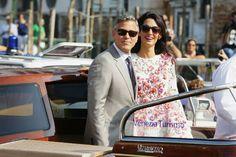 George y Amal Clooney están de aniversario. Este 27 de septiembre se han cumplido dos años desde que se dieron el 'sí, quiero' en Venecia en una celebración que duró cuatro días. Cuatro días en los que él sacó su mejor sonrisa y ella su mejor vestuario para pasearse junto a un centenar de invitados por los famosos canales de la ciudad italiana rodeados de prensa, personal de seguridad y curiosos. Aquella exhibición levantó suspicacias entre los más escépticos, pero 24 meses después estamos…