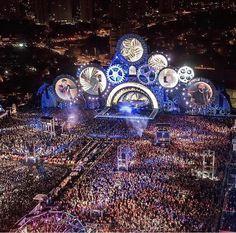 Acontece neste sábado (1º) e domingo (2), no Estádio Serra Dourada, em Goiânia, mais uma edição de um dos maiores festivais de música do país, o Villa Mix Festival. A edição de 2017 traz uma série de novidades, além de acontecer pela primeira vez em dois dias, o festival deve superar o próprio recorde de tamanho de palco, além de ter três atrações internacionais.