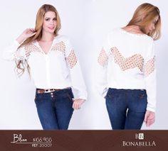 La pareja cromática en blanco y negro es clásica, dos colores fáciles de llevar y combinar. Opta por esta blusa elegante y sencilla, con un estilo moderno que incorpora en su diseño el crochet.