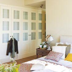 Dormitorio con armario en la zona de paso