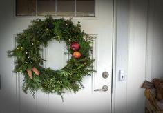 Att göra en julkrans är både enkelt och billigt. Här får steg för steg tips på hur du enkelt binder en egen julkrans till dörren.