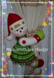 Cute couple of snowmen hold curtains. Christmas Room, Christmas Sewing, Felt Christmas, Christmas Projects, Christmas Stockings, Christmas Holidays, Christmas Decorations, Christmas Ornaments, Holiday Decor