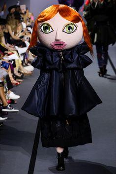 Guarda la sfilata di moda Viktor & Rolf a Parigi e scopri la collezione di abiti e accessori per la stagione Alta Moda Autunno-Inverno 2017-18.