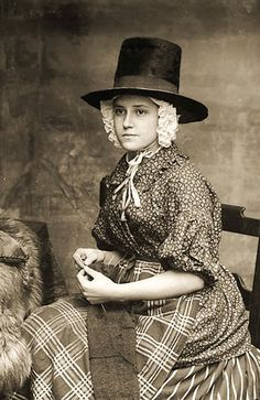 Victorian Welsh women of the working class led hard lives and were rarely photographed. These photos show the unique beauty and character of those Welsh ladies. Traditional Welsh Dress, Traditional Dresses, Folk Costume, Costume Dress, Vintage Photographs, Vintage Photos, Dame, Welsh Lady, Wooly Bully