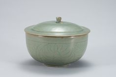 Celadon Lidded Bowl with Incised Cloud and Scroll Design 큰 이미지