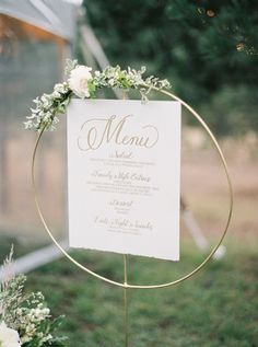 Credits: Rebecca Hollis Photography Menu mariage or sur fond blanc, repose menu … Credits: Rebecca Hollis Photography Gold wedding menu on a white background, poses chic wedding menu and champeter Wedding Menu Display, Wedding Signage, Wedding Table, Fall Wedding, Wedding Catering, Floral Wedding, Catering Menu, Rustic Wedding, Wedding Receptions