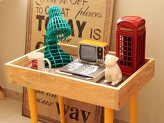 Hoje tem o passo a passo de um mesinha de apoio que pode ser uma mão na roda aí na sua casa. É daquele tipo de móvel que é fácil de carregar e usar onde precisar, sem contar que tem uma pegada retrô que a gente pira. Diy Home Furniture, Wood Furniture, Striped Walls, Ideias Diy, Backdrops, Sweet Home, Woodworking, Room Decor, Home Appliances