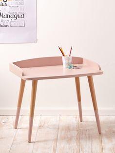 Ligne épurée et style retro, la table à dessin s'inspire de la tendance scandinave. Un petit bureau parfaitement adapté aux plus petits. DétailsDim.