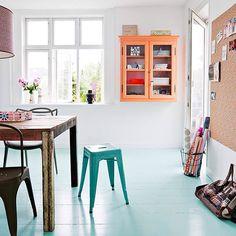 Hadde du turt å male gulvet turkist og et veggskap i neonfarget oransje? Se så fint det ble! Det gjør iallfall oss glade Foto: Morten Holtum #boligpluss #interior #farger #interior123 #interior4all #interiorforyou