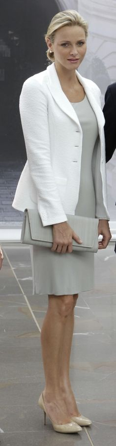 03 - Princess Charlene, vestido cinza, terno branco