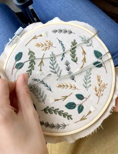 Botanical embroidery hoop art time-lapse tutorial, nature embroidery, botanical cross stitch, floral embroidery - Diy and crafts interests Embroidery Hoop Decor, Floral Embroidery Patterns, Hand Embroidery Videos, Embroidery Stitches Tutorial, Simple Embroidery, Hand Embroidery Stitches, Hand Embroidery Designs, Cross Stitch Embroidery, Hand Stitching