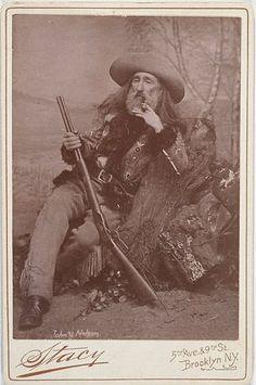 """Джон У. Нельсон: (1826-1903), - известный пограничный скаут. Он присоединился к Коди """"Wild West Show"""" в 1884г."""