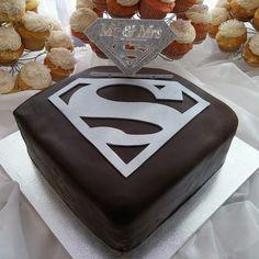 Wedding Goals, Red Wedding, Wedding Day, Wedding 2017, Wedding Stuff, Wonder Woman Wedding, Wonder Woman Cake, Superman Wedding, Birthday Cake For Husband