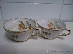 dos taza de porcelana muy fina y pan de oro. pintada a mano por dentro y por fuera.  adorno floral