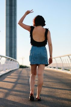 Jupe en jeans // jeans sur jeans // dos nu // body // pompons // jupe vintage // look casual // total look // sunset // mini jupe // curly hair // look été // look of the Day // look weekend // summer // jambes nues // weavy // jeans // denim skirt // denim look // denim for summer // Birkenstock // sandales // cool // easy look // plateforme shoes //
