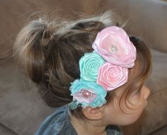 He encontrado este interesante anuncio de Etsy en https://www.etsy.com/es/listing/175860201/aqua-and-pink-headband-flower-headband