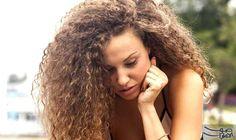 ١٣ نصيحة ووصفة طبيعية لفرد الشعر المجعد: بقدر ما يعكس الشعر المجعد أو الكيرلي الحيوية والانطلاق والتميز عند النساء، بقدر ما يتعرض سريعاً…