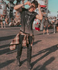 10 Outfits inspirieren Gustavo Rocha 10 outfits do Gustavo Rocha para você se inspirar Schauen Sie sich Gustavo Rocha kein Festspiel Coachella The post 10 Outfits inspirieren Gustavo Rocha appeared first on Berable. Cochella Outfits, Coachella Outfit Men, Rock Outfits, Coachella Men Fashion, Rave Outfits Men, Festival Looks, Festival Mode, Music Festival Outfits, Music Festival Fashion