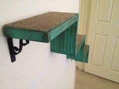 Ces escaliers beau chat de bois récupérés sont fabriqués à partir de palettes dexpédition. Les supports de fer sont pliée à la main et présentent