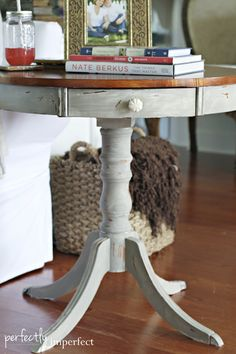 End Table Makeover using a Dry Wash Technique---put on list for garage sale find White Painted Furniture, Chalk Paint Furniture, Distressed Furniture, Furniture Making, Diy Furniture, Repurposed Furniture, Furniture Projects, White Wash Table, End Table Makeover
