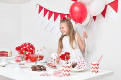 Punavalkoisissa lastenjuhlissa kaikenlaiset koristeet toimivat – kunhan ne ovat punaisia tai valkoisia! Childrens Party, Birthday Cake, Desserts, Tailgate Desserts, Deserts, Birthday Cakes, Postres, Dessert, Cake Birthday