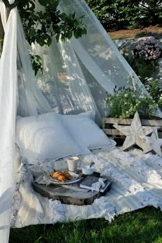 rolls and picnic ideas picnic in the garden .picnic pallet picnic table how to Outdoor Spaces, Outdoor Living, Outdoor Decor, Outdoor Ideas, Rustic Outdoor, Outdoor Bedroom, Gazebo, Pergola, Romantic Picnics