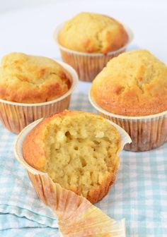 MUFFINS stuks): 120 gr suiker 300 gr bloem 1 tl bakpoeder 1 tl baking s Video Rezept Muffin Recipes, Cupcake Recipes, Cupcake Cakes, Cup Cakes, Savoury Baking, Healthy Baking, Cakepops, Yummy Snacks, Delicious Desserts