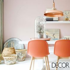 Eclética, a composição traz referências de diferentes estilos, como o pendente em cobre