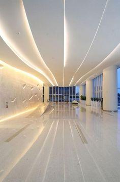 plafond lumineux et ondulant, un intérieur futuristique